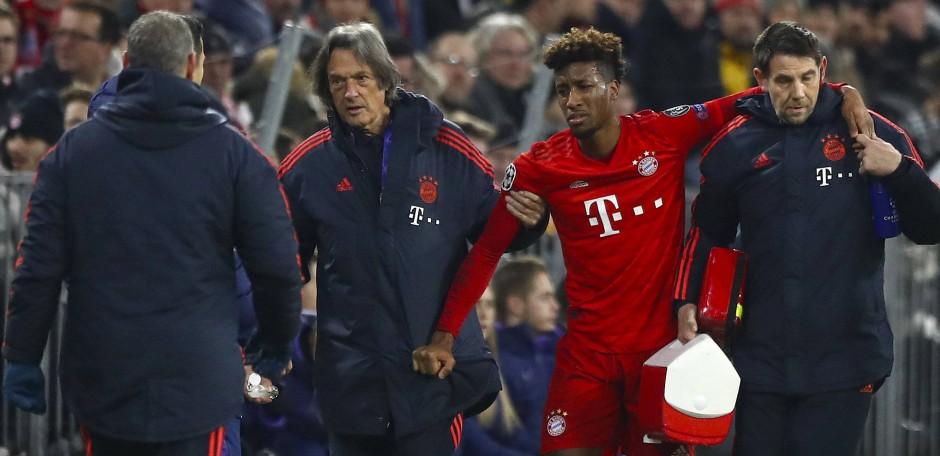 Kingsley Coman wird vom Ärzteteam des FC Bayern in die Kabine gebracht.