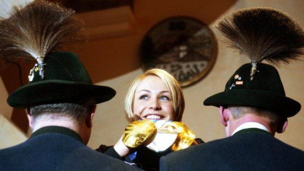 Erfolg und Brauchtum: Neuner im März nach ihrer Rückkehr aus Vancouver beim Empfang in Wallgau