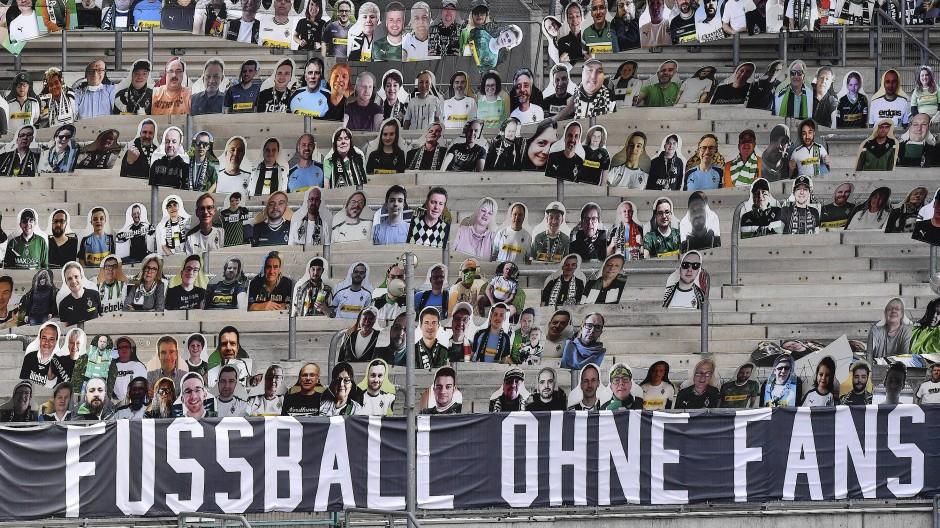 Fußball-Bundesliga: Die Zeiten der Pappkameraden als Fankulisse sollen bald vorbei sein.