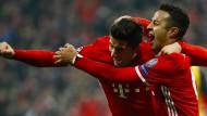 Jubel zweier Torschützen: Lewandowski und Thiago entscheiden das Spiel nach der Pause für Bayern.