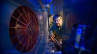 """Forscher: Markus Roth am größten Laser der Welt - """"Phelix"""" in Darmstadt"""