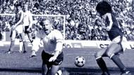 Cordoba ist der gefühlte Tiefpüunkt der deutschen Fußballgeschichte - zumindest bis zum Samstag: Walter Schachner (r) lässt im Bild Berti Vogts links liegen