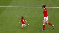 Schneller als Papa: Alba Bale hängt Gareth ab.