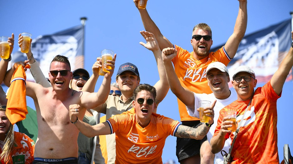 Die niederländischen Fans freuen sich über Startplatz eins von Max Verstappen.
