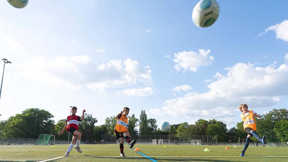 Im Freien: Wann geht es zurück auf die Fußballplätze?