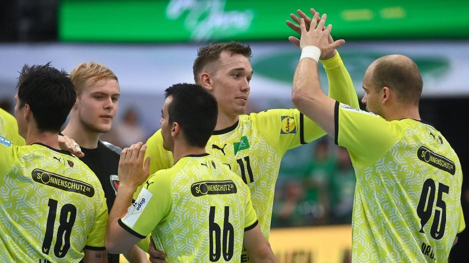 Erfreute Füchse: Berlins Spieler freuen sich über Sieg und Spitzenposition