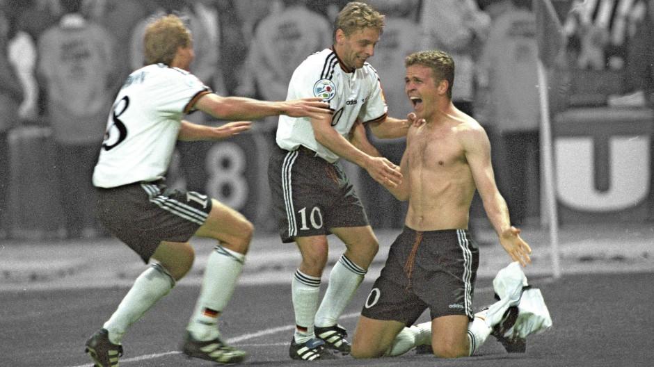 Der Europameister-Macher: Oliver Bierhoff jubelt nach seinem Golden Goal mit Jürgen Klinsmann und Thomas Häßler.