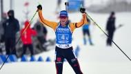 Franziska Preuß jubelt beim Zieleinlauf mit der Staffel.