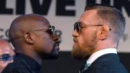 Boxer gegen MMA-Star: Floyd Mayweather und Conor McGregor stehen sich im Ring gegenüber