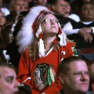 Die Fans der Chicago Blackhawks tragen gerne Indianerschmuck.