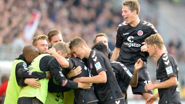 St. Pauli springt auf Platz zwei