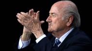 Ein Mann lässt sich feiern: Sepp Blatter nach seiner Wiederwahl