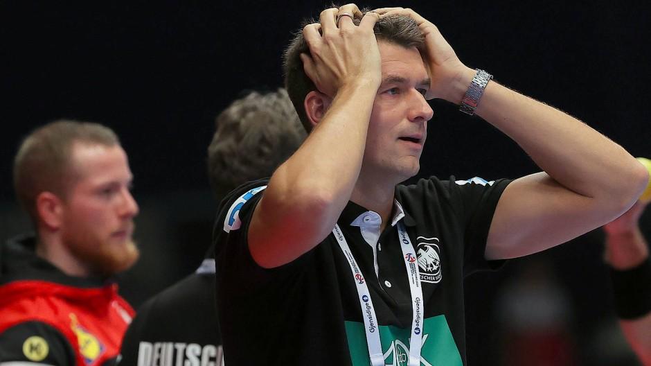 Kaum zu glauben: Bundestrainer Christian Prokop beim Spiel gegen Kroatien in Wien