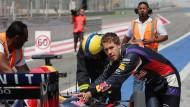 """Sind wir noch bei den Winterspielen? Sebastian Vettel verbreitet als Anschieber von """"Suzie"""" keine große Furcht"""