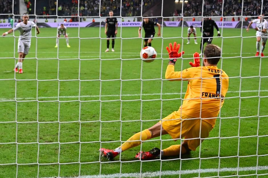 Torwart Kevin Trapp hatte den Elfmeter von Istanbuls Dimitrios Pelkas, den er selbst verschuldet hatte, abgewehrt.