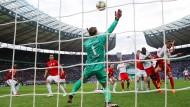 Wieder der sichere Rückhalt für den FC Bayern: Manuel Neuer (Mitte) überzeugte bei seinem Comeback.