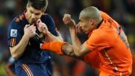 Ein Glück: Im WM-Finale trat Nigel de Jong zu, Xabi Alonso trug keine bleibenden Schäden davon