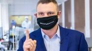 """Mundschutz mit Botschaft: """"Dosyt shastat"""" – hört auf herumzuschlendern, fordert Kiews Bürgermeister Vitali Klitschko."""