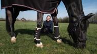 Die Nummer eins: Isabell Werth mit ihrem Pferd Weihegold auf dem Gehöft in Rheinberg.