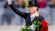 Doppelt Grund zur Freude in Aachen: Isabell Werth siegt bei der Dressur-Kür und bekommt bei der Siegerehrung ein Geburtstagsständchen.