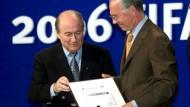 """Der WM-2006-Skandal: Blatter (l., mit Beckenbauer) spricht von """"deutschem Problem"""""""