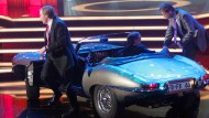 Der einstige Jaguar von Günter Netzer (links) - spätere Besitzer: Franz Beckenbauer und Wolfgang Overath (im Auto)