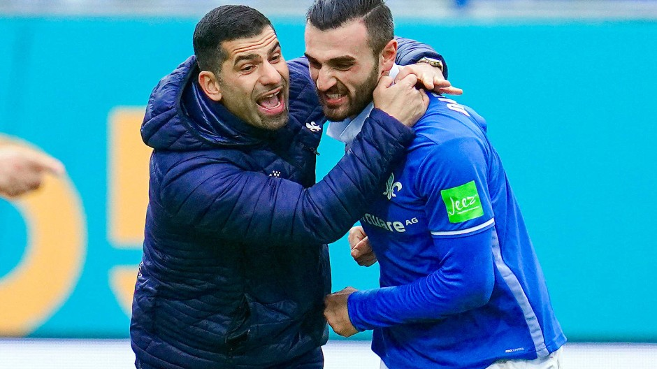 Fortan ohne Umarmung: Darmstadts Trainer Dimitrios Grammozis (links) feuert Serdar Dursun an.