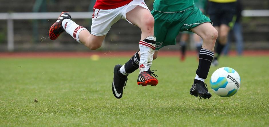 Turnen, Schwimmen, Fußball: Der Körperkontakt im Sport bei Hilfestellungen erleichtert Grenzüberschreitungen.