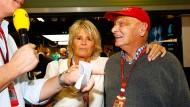 Da war Nico Rosbergs Rücktritt noch nicht bekannt: Niki Lauda und Rosbergs Mutter Sina feiern den WM-Titel.