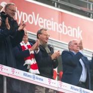 Wer hat hier was verstanden? Die Bayern-Prominenz verzichtet trotz guter Ratschläge auf die Maske im Stadion.