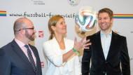 """""""Fußball für Vielfalt"""": Thomas Hitzlsperger (r) mit Moderatorin Katrin Müller-Hohenstein und Jörg Litwinschuh, dem Vorsitzenden der Bundesstiftung Magnus Hirschfeld"""