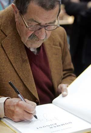 Kein Eingeständnis, sondern nur eine Unterschrift: Günter Grass in Leipzig