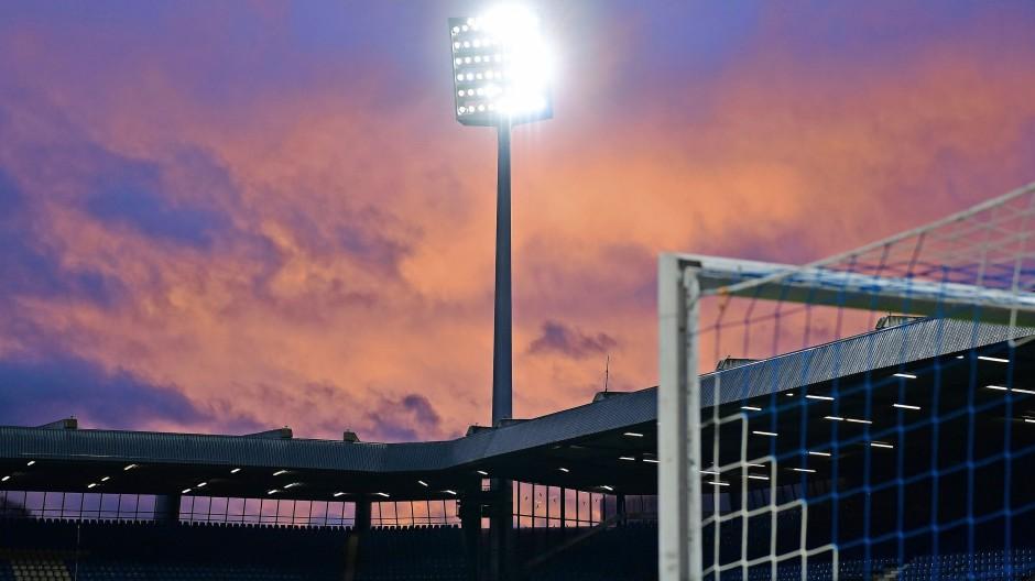"""Ein Retro-Stadion: Es ist eng, steil, mitten in der Stadt gelegen, und wenn hier kurz vor dem Anpfiff Herbert Grönemeyers """"Bochum"""" läuft, entsteht immer noch ein Zauber."""