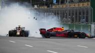 Mit einem Überschuss Wut im Bauch: Daniel Ricciardo (links) donnert Max Verstappen in Baku ins Heck.