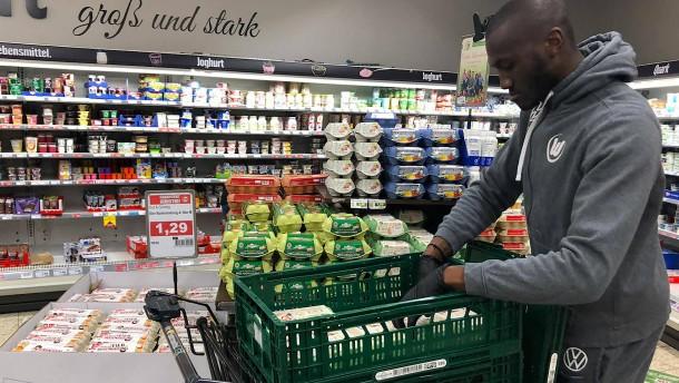 Und plötzlich hilft der Fußballstar im Supermarkt