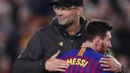Wer ist hier der Größte? Liverpool-Trainer Klopp (links) gratuliert Barcelona-Star Messi zu seiner Gala.