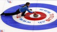 """Von wegen Putzfrauensport: die Italienerin Giorgia Apollonio spielt einen präzisen Stein beim """"Schach auf Eis"""""""