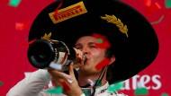 Endlich wieder gute Laune: Nico Rosberg feiert den Sieg in Mexiko landestypisch.