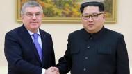 IOC-Präsident Thomas Bach (links) mit Kim Jong-un am Ende März in Nordkorea.