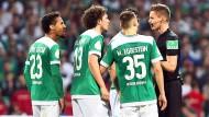 Suchten direkt das Gespräch mit dem Schiedsrichter: die Werder-Profis und Daniel Siebert