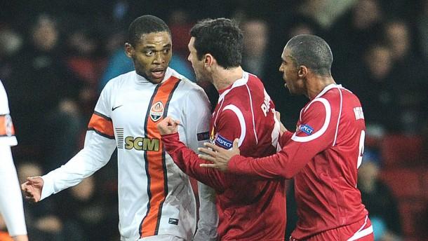 """""""Ich freue mich sehr. Wir haben gewonnen"""": Luiz Adriano (links) versteht die Aufregung nicht"""