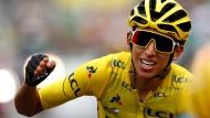 Egan Bernal fährt im Gelben Trikot durch Paris bei der letzten Etappe der Tour de France.