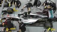 Viel zu tun für die Mercedes-Crew am ersten Trainingstag in Singapur