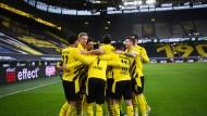 Gemeinsam in die Champions League? Der BVB bejubelt den Sieg gegen Bielefeld.
