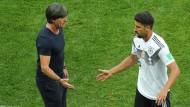 Auswechslung im ersten Spiel: Bundestrainer Löw (links) nimmt Khedira vom Platz.
