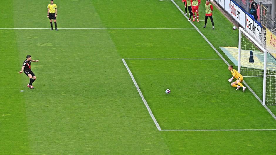 Acht Schritte, sieben schnelle, einen langsamen – dann schießt er: Robert Lewandowski trifft in die rechte Ecke.