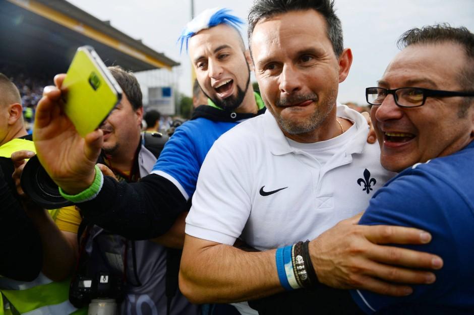 Aufstiegsheld: Schuster mit Fans nach dem letzten Zweitliga-Spieltag