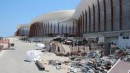 Vor den Olympia-Hallen stapelt sich der Sperrmüll nach den Spiele 2016.