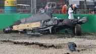 Nach dem Überschlag in die Bande: Der Wagen von Fernando Alonso ist nur noch Schrott.