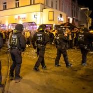 Die Polizei muss einschreiten: In Bremen übertrieben es manche Anhänger bei der Feier des Klassenverbleibs.